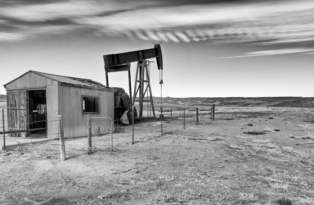 b&w oil rig
